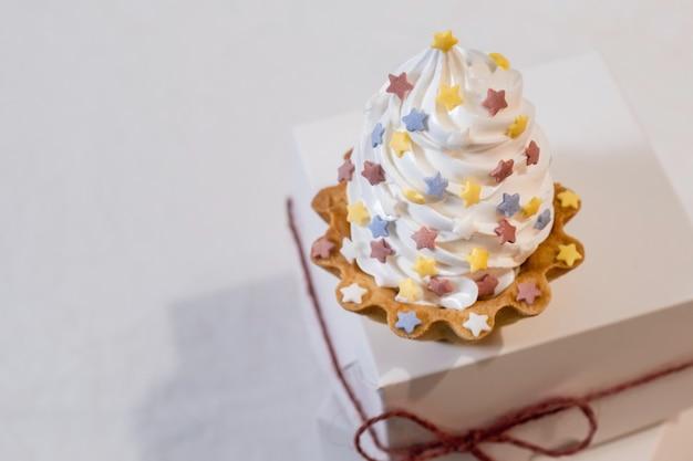 Gâteau blanc sur boîte de livraison de papier blanc sur le fond set sail champagne