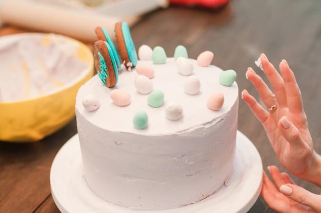 Gâteau blanc décoré de cake-pops de pâques et d'œufs
