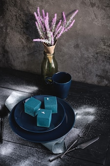 Gâteau bleu en forme de cube. style rustique.
