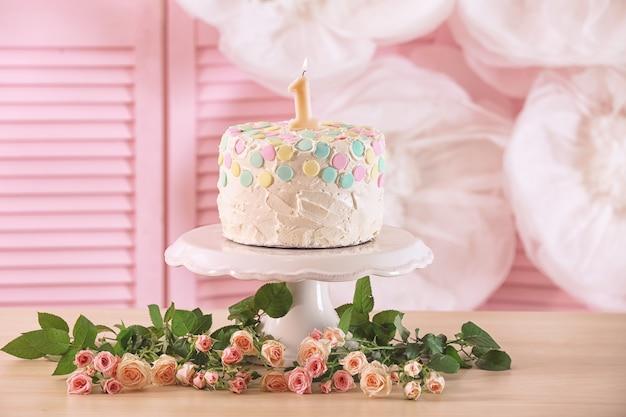 Gâteau avec bougie pour premier anniversaire sur table