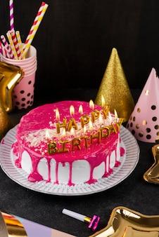 Gâteau et bougies arrangement grand angle