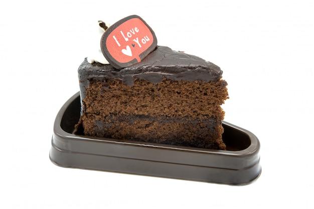 Gâteau brownie au chocolat noir maison sur fond blanc isolé et texte je t'aime
