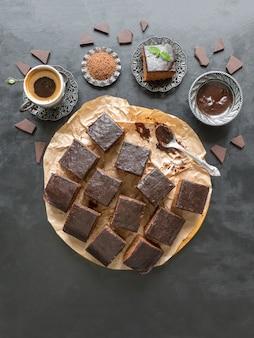 Gâteau brownie aux dates et tasse de café, dessert sur tableau noir