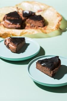 Gâteau brûlé basque maison, gâteau au fromage au chocolat de style new york avec croûte craquelée. cuisine locale à la mode de san sebastian, espagne. facile pour cuisiner à la maison. lumière et ombres dures