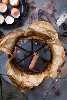 Gâteau brûlé basque maison, gâteau au fromage au chocolat de style new york avec croûte craquelée. cuisine locale à la mode de san sebastian, espagne. facile pour cuisiner à la maison