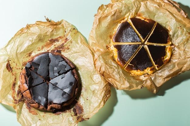 Gâteau brûlé basque maison, style new york et cheesecakes au chocolat avec croûte craquelée. cuisine locale à la mode de san sebastian, espagne. facile pour cuisiner à la maison. lumière et ombres dures