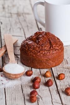 Gâteau bruni au four frais, lait, sucre, noisettes