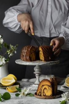 Gâteau bundt au chocolat et citrouille et zeste de citron sur le stand