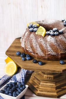 Gâteau bundt citron fait maison sur support en bois.