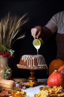 Gâteau bundt à la citrouille maison avec épices et glaçage crémeux