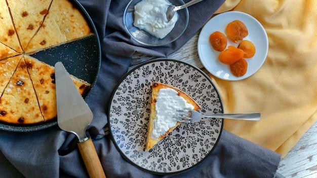 Gâteau caillé sur la table de la cuisine