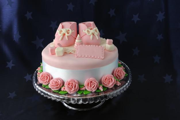 Gâteau avec chaussons et jouets en massepain