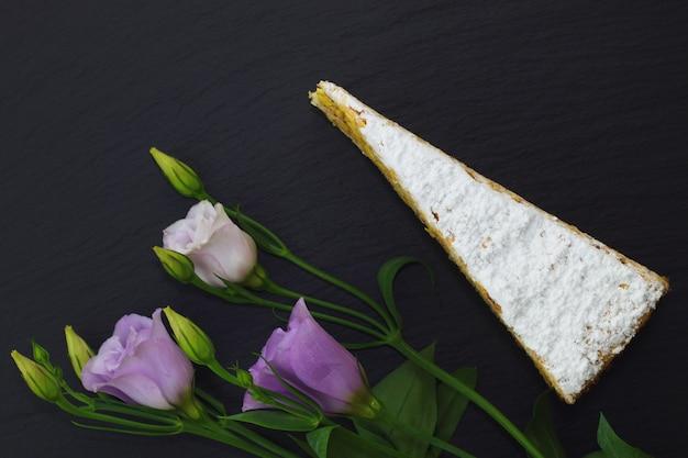 Gâteau classique français de couche praline blanche décorée de fleurs violettes
