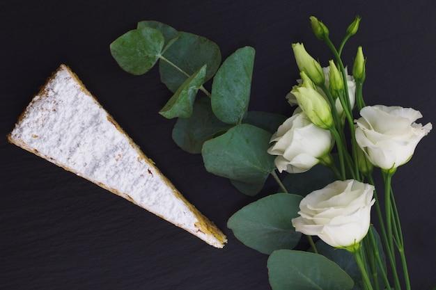Gâteau classique français couche pralinée blanche décorée de fleurs blanches