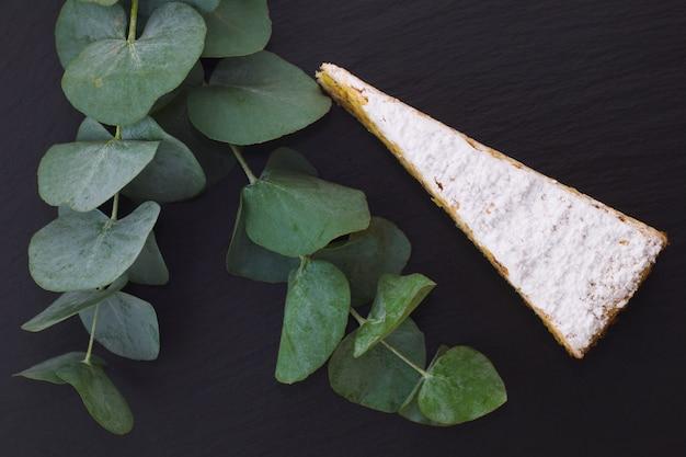 Gâteau classique français en couches praliné blanc décoré de feuilles classiques