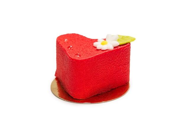 Gâteau coeur isolé sur une surface blanche. vue de dessus.