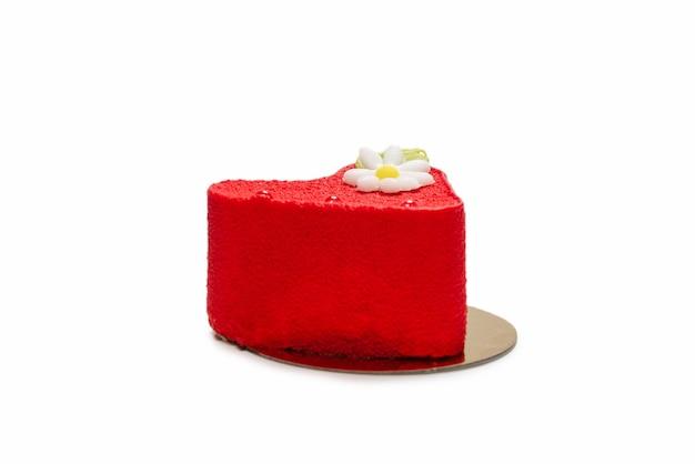 Gâteau coeur isolé sur une surface blanche