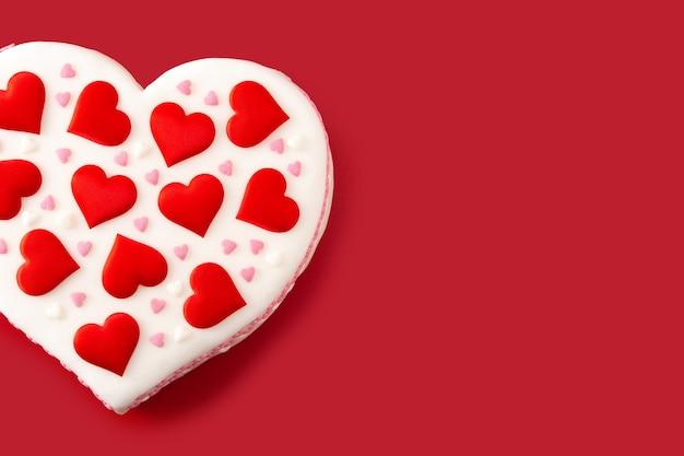 Gâteau coeur pour la saint-valentin décoré de coeurs en sucre
