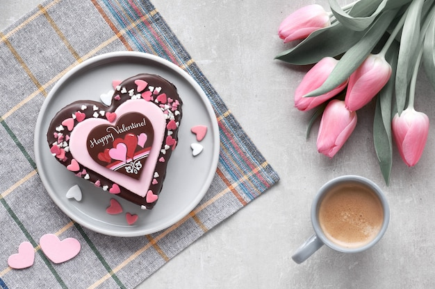 Gâteau coeur saint valentin au chocolat, décorations en sucre et texte de voeux