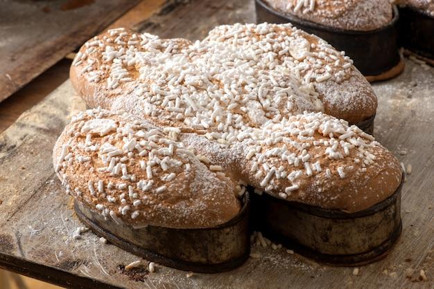Gâteau colomba de pâques italien traditionnel