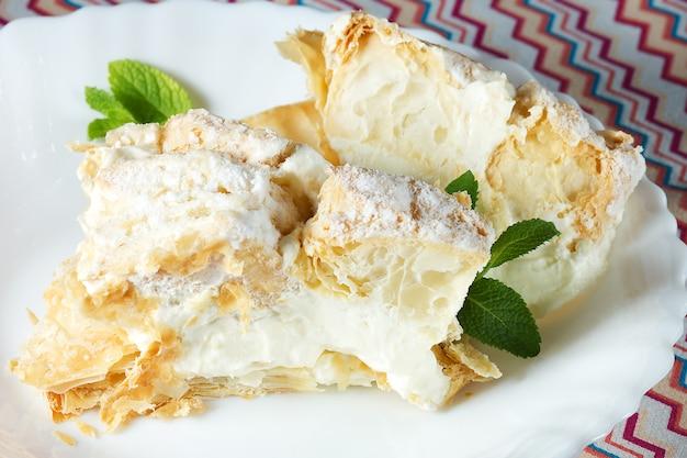 Gâteau en couches avec crème pâtissière et menthe