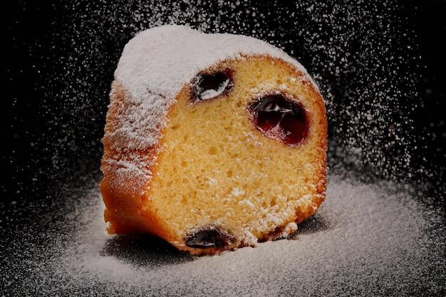 Gâteau coupé avec de la farine