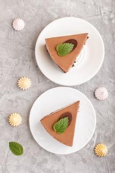 Gâteau à la crème au chocolat au lait souffle sur un fond de béton gris. vue de dessus.