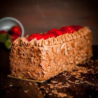 Gâteau à la crème au chocolat avec pépites de chocolat et fraise