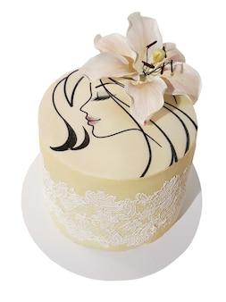Gâteau à la crème et dentelle avec visage féminin et fleur, isolé sur fond blanc