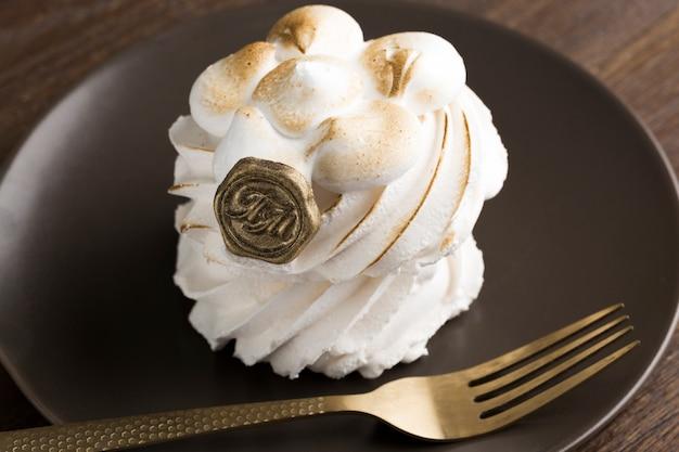 Gâteau à la crème fouettée savoureux sous un angle élevé