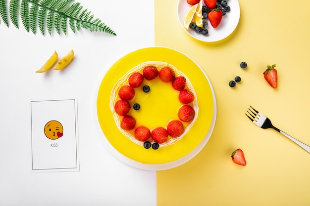 Gâteau à la crème maison décoré de fraises fraîches