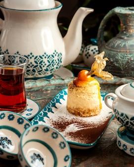 Gâteau avec crème physalis et table noire teon