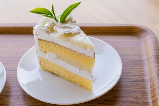 Gâteau à la crème posé sur une plaque de bois