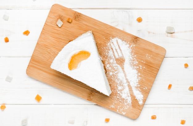 Gâteau à la crème avec une tranche d'orange