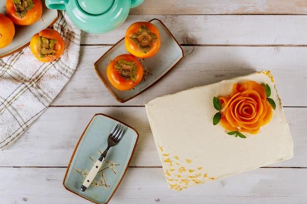 Gâteau crémeux au fromage à la crème fouetté et décoré de kaki