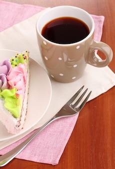 Gâteau crémeux sur soucoupe sur table close-up