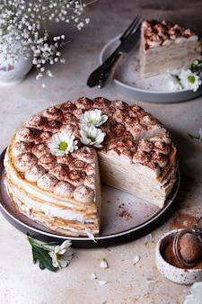 Gâteau crêpe tiramisu au mascarpone et amaretto sur fond clair