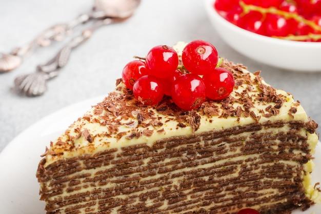 Gâteau de crêpes au chocolat et crème de pistaches aux baies de cassis