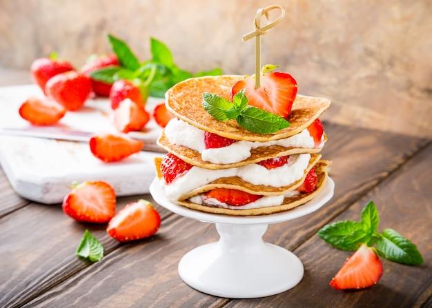 Gâteau de crêpes au yaourt et fraises