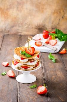 Gâteau de crêpes au yogourt et aux fraises