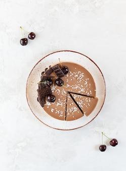 Gâteau cru au chocolat et aux cerises sur la table