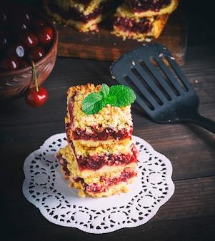 Gâteau de crumble cuit au four avec cerise