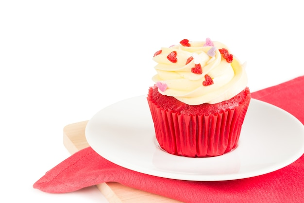 Gâteau cup velvet rouge garni de glaçage en forme de coeur rouge, violet, rose