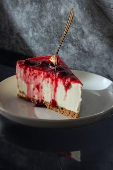 Gâteau dans un bol blanc