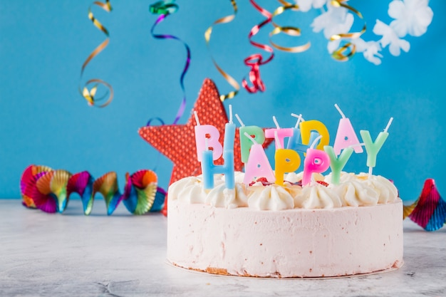 Gâteau délicieux aux bougies et décorations birtday