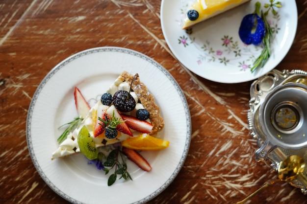 Gâteau délicieux magnifiquement décoré et servi aux clients.