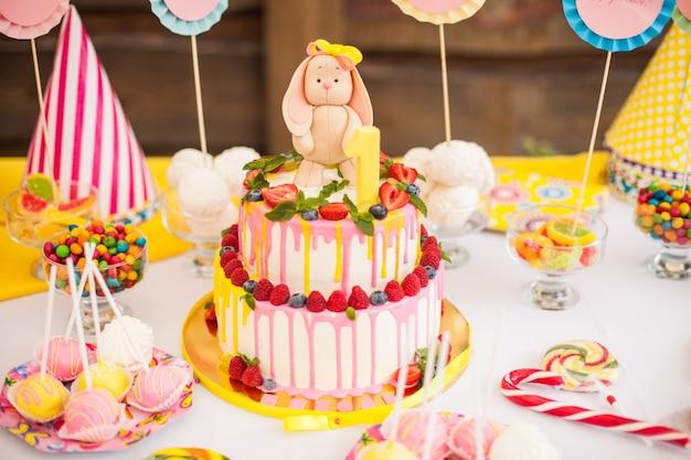 Le gâteau à deux étages pour l'anniversaire des enfants avec un lièvre