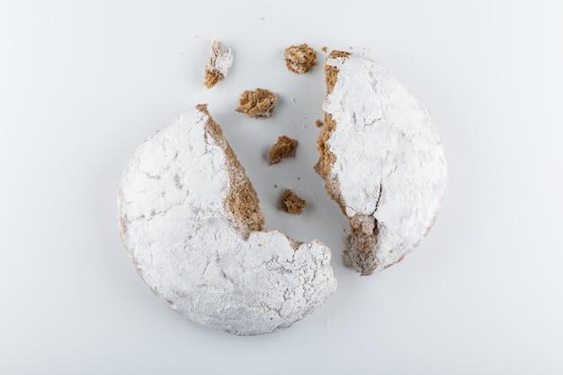 Gâteau divisé en moitié vue de dessus sur une surface blanche
