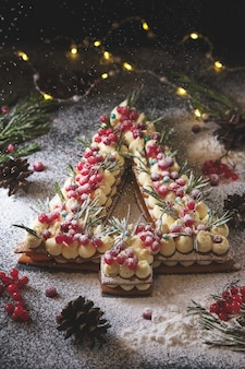 Gâteau du nouvel an fait sous la forme d'un arbre de noël