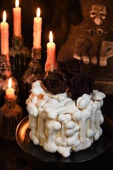 Gâteau effrayant velours rouge décoré d'os de meringue et trempé de sang
